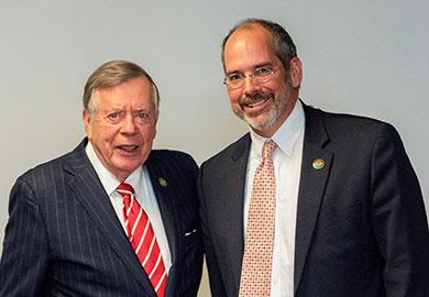 Presidente de la Junta Directiva del SCDNR Norman Pulliam (izquierda) con el Director Interino Robert Boyles.