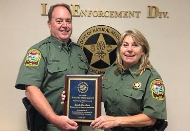 Lt. Kim Leverich recibiendo un premio en el Segundo 'Annual Just Add Water Awards'