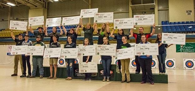 Estudiantes de distintas escuelas mostrando los premios obtenidos en el Torneo Estatal de Tiro con Arco.