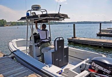 Lance Cpl. Jason Smith de SCDNR asegurando su bote a un muelle en Lake Murray.
