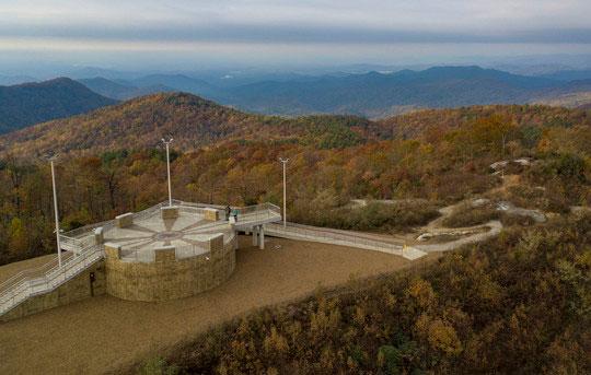 La Montaña Sassafras Mountain, el punto más alto de Carolina del Sur, en el otoño. (Foto SCDNR)
