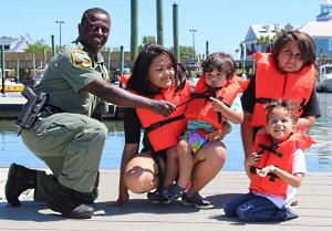 Úsalo – En Carolina del Sur es obligatorio que todas las personas a bordo de una embarcación tengan un chaleco salvavidas de la medida correcta y en buenas condiciones.