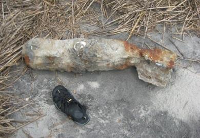Esta bomba sin explotar de la Segunda Guerra Mundial fue removida y eliminada de Otter Island de forma segura por los U.S. Marine Corps (Foto por Al Seagars)